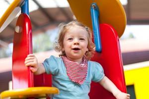 Kind auf Klettergerüst