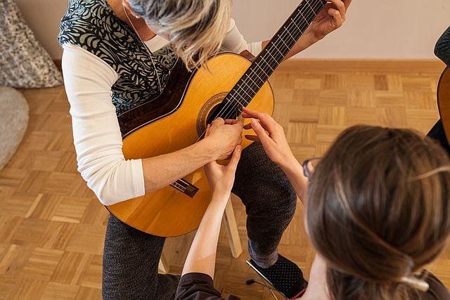 Gitarre spielen mit Baby