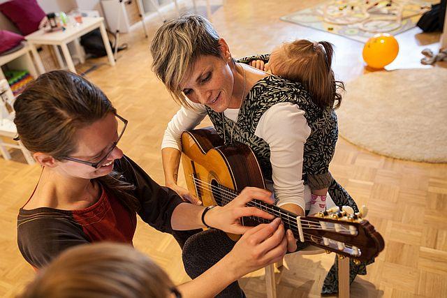 Gitarre spielen mit Baby in München