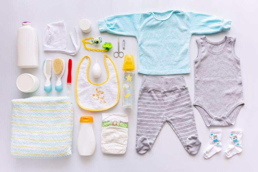 Babykleidung und -utensilien